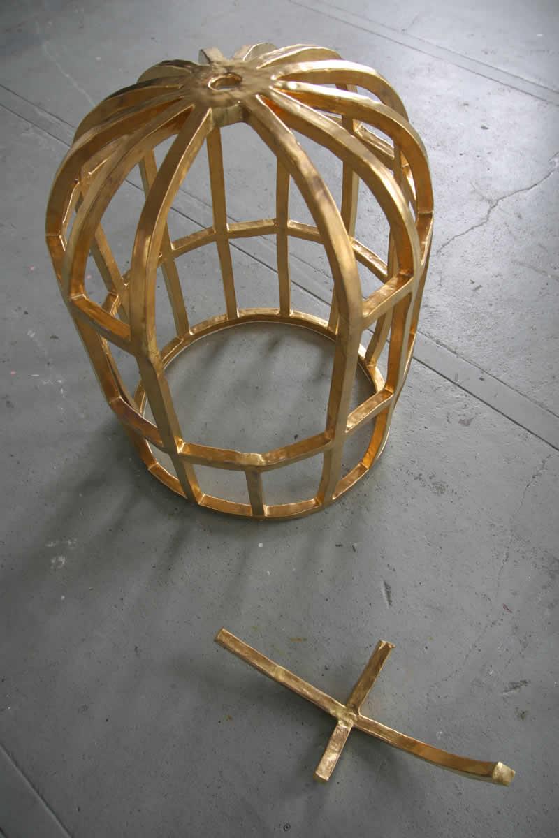 Gouden kooi 2010<div style='clear:both;width:100%;height:0px;'></div><span class='cat'>2010-2006</span><div style='clear:both;width:100%;height:0px;'></div><span class='desc'>Afmetingen:  91 x 70 x 70 cm <br>Materiaal: Keramiek <br> Foto: Nir Nadler </span>