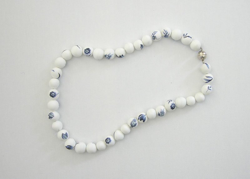Porcelain necklace 2005<div style='clear:both;width:100%;height:0px;'></div><span class='cat'>2005-2001 (EN)</span><div style='clear:both;width:100%;height:0px;'></div><span class='desc'>Size: 20 x 20 x 1 cm