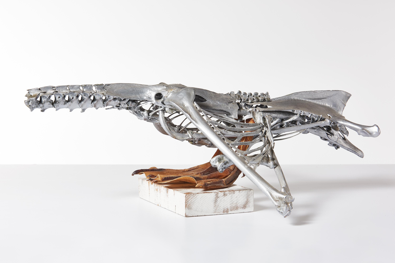 Vogelvrij 2001<div style='clear:both;width:100%;height:0px;'></div><span class='desc'>Afmetingen: 68 x 66 x 30 cm <br>Materiaal: Zwanenskelet, aluminiumverf  <br>Foto: Studio Zelden </span>