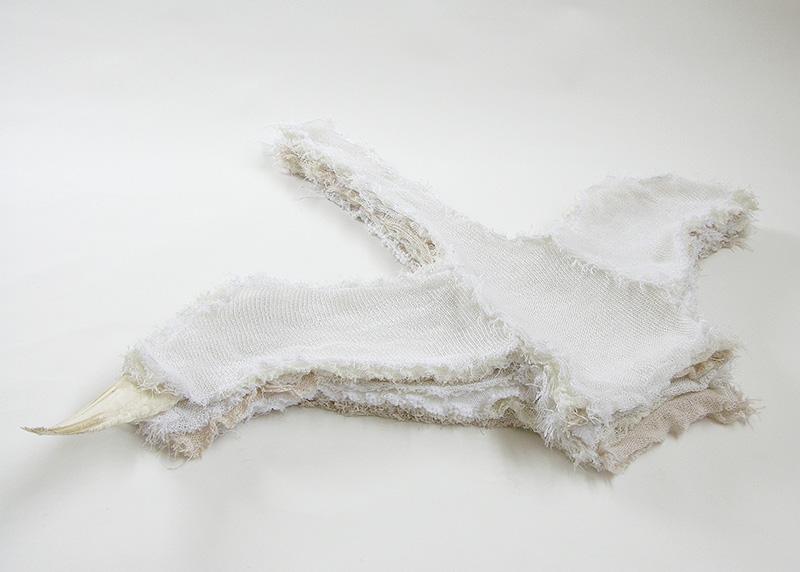 Zwanentrui 2006<div style='clear:both;width:100%;height:0px;'></div><span class='desc'>Afmetingen: 150 x 100 x 10 cm <br>Materiaal: Textiel (11 truien), zwanenvleugel <br>Foto: Riet Molenaar </span>