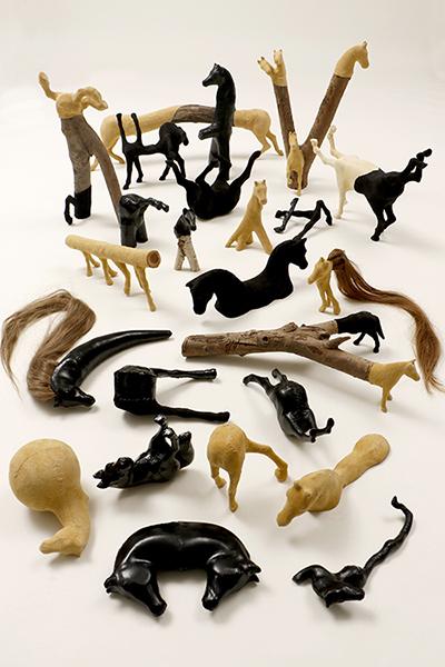 Paardjes 2007 - 2020<div style='clear:both;width:100%;height:0px;'></div><span class='desc'>Afmetingen: Paarden installatie <br>Materiaal: Plastic, hout, zeemleer, lakleer <br>Foto: Cissie van der Ven </span>