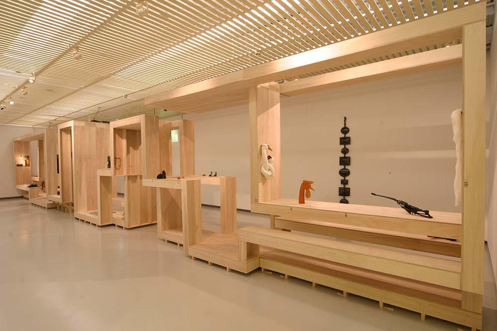 Solo Expositie Museum Valkhof Nijmegen 2004<div style='clear:both;width:100%;height:0px;'></div><span class='desc'>Titel: WEEK <br>Project: 1 object elke week (52 objecten in 1 jaar) <br>Ontwerp: Bert Kramer <br>Foto: Ernst van Deursen </span>