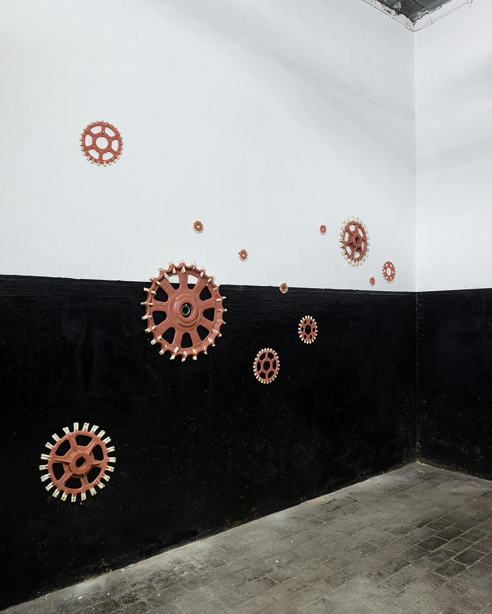 Het Vlot. Kunst is (niet) eenzaam 2017<div style='clear:both;width:100%;height:0px;'></div><span class='desc'>Mu.Zee, Hippodrome, Oostende BE <br>Materiaal: kunstgebitten hars, dieren- & mensentanden <br>Photo: Steven Decroos <br>Curatoren Jan Fabre & Joanna de Vos</span>