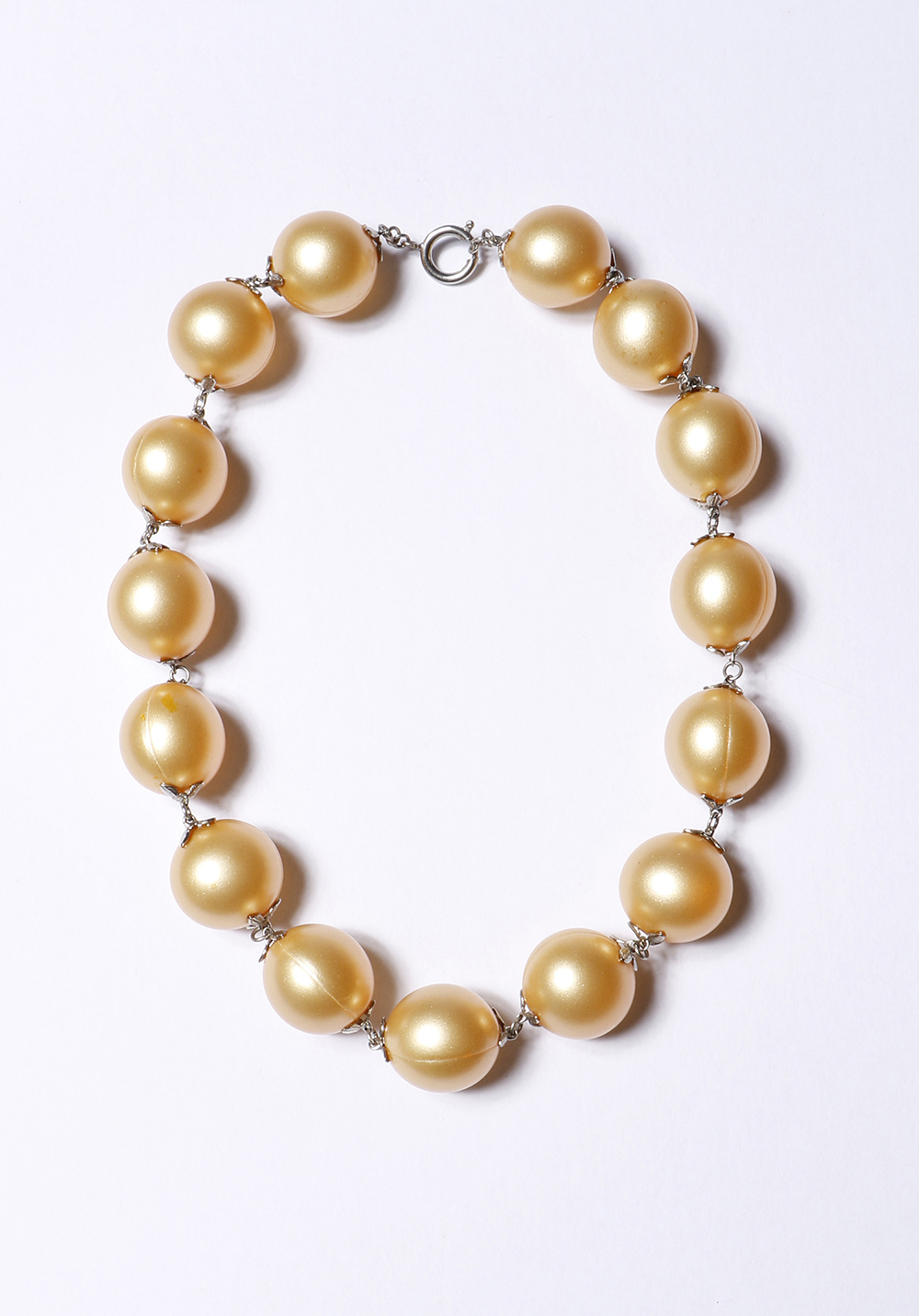 Pearl necklace 2002<div style='clear:both;width:100%;height:0px;'></div><span class='desc'>Size: 6 x 4,5 x 0,5 inch <br>Material: Bath pearls, steel <br>Photo: Cissie van der Ven <br>27 in Private Collection (edition 35)</span>